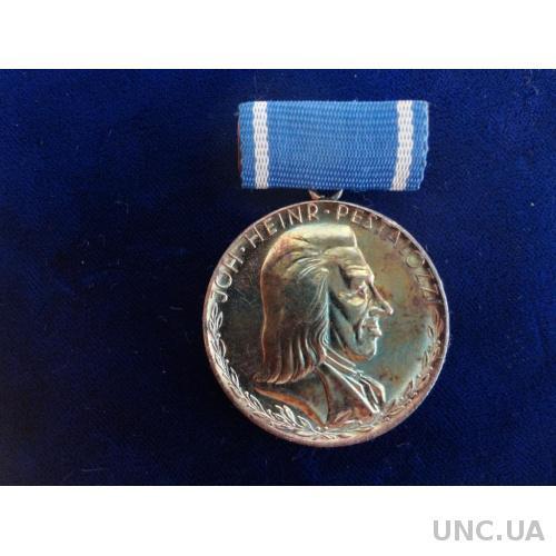 ГДР медаль им. Иоганна Генриха Песталоцци 2-я степень серебро