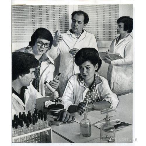 ФОТО ТАСС ДЛЯ ГАЗЕТ ЗАВОД лаборатория микроскоп
