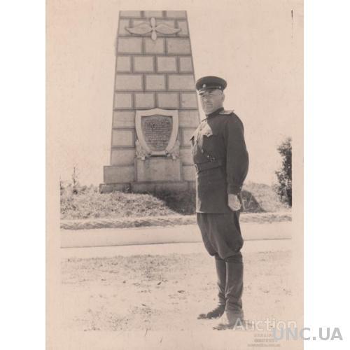 Бравый майор у неизвестного памятника летчику Нестерову.