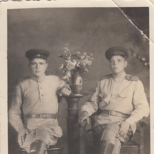 Фото. Бойцы в резиновых сапогах. Период войны.