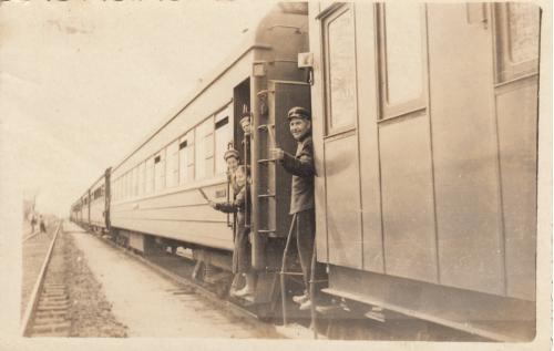 Фото. Отправление поезда, проводники. 1950-е гг.
