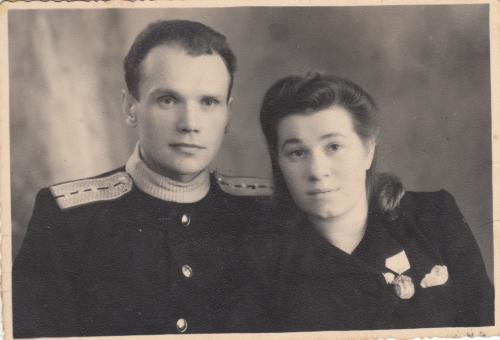 """Фото. Работник НКПС и женщина со """"Знаком почета""""."""