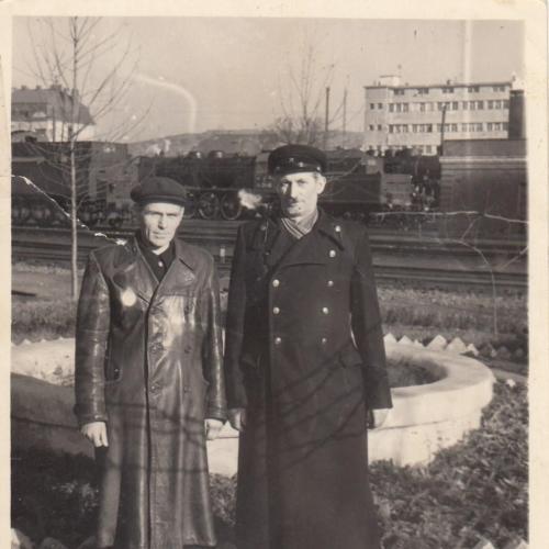 Фото. Железнодорожники на фоне паровоза.