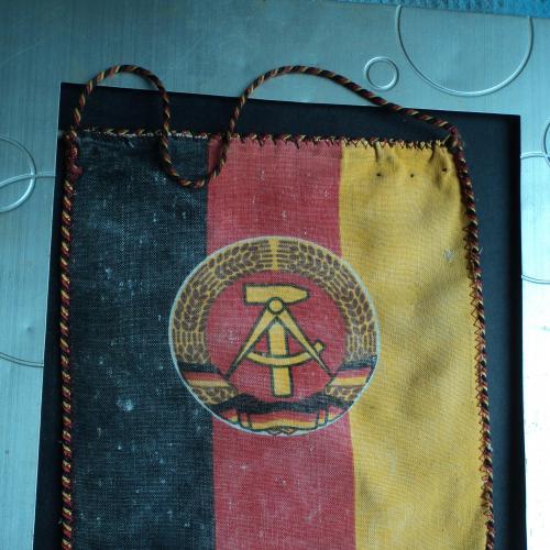 Вымпел. ГДР (герб). На вымпеле были значки.