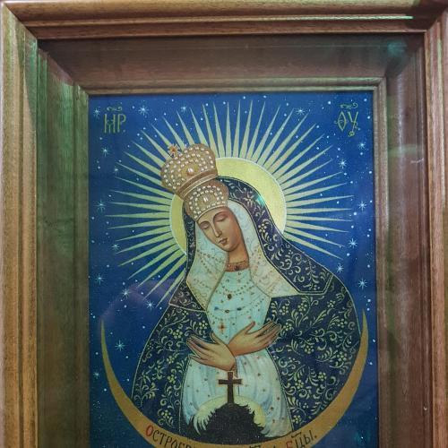 Божья Матерь Остробрамская, писаная на мраморе, в киоте