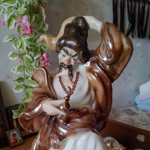 Велика фарфорова скульптура Козак з люлькой. Висота 43 см.