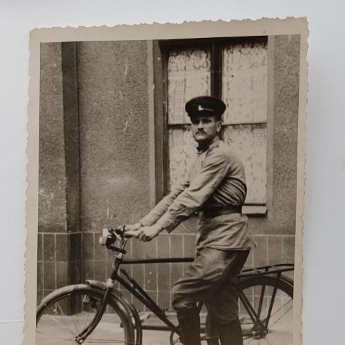 Военный в форме Велосипед