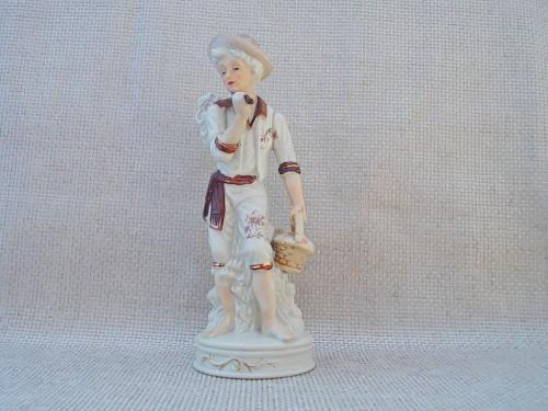 №300 Фарфор статуэтка Мальчик с корзиной 50 - 60 - е годы. Германия Внизу синее клеймо