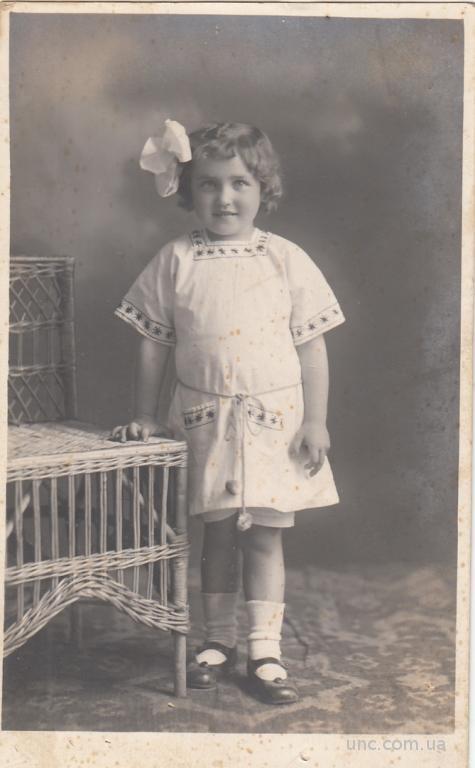 ФОТО.  ДЕТИ. ДЕВОЧКА В ВЫШИТОМ ПЛАТЬЕ 1920