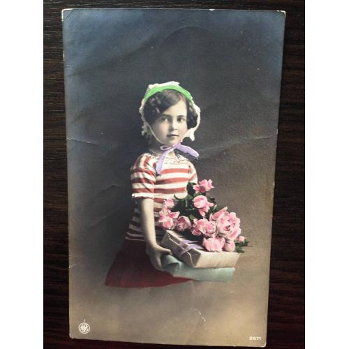 Фотооткрытка. Девочка с подарками и с букетом роз.