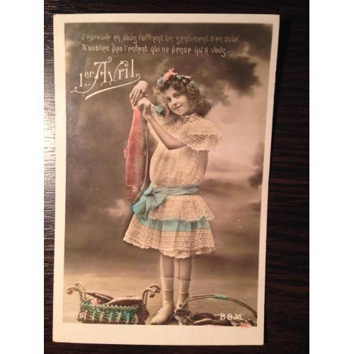 Французская фотооткрытка 1 Апреля. Девочка с рыбой.