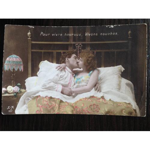 Французская фотооткрытка. 1915 г. Целующиеся в постели.