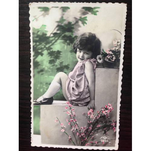 Французская фотооткрытка. Девочка в парке.