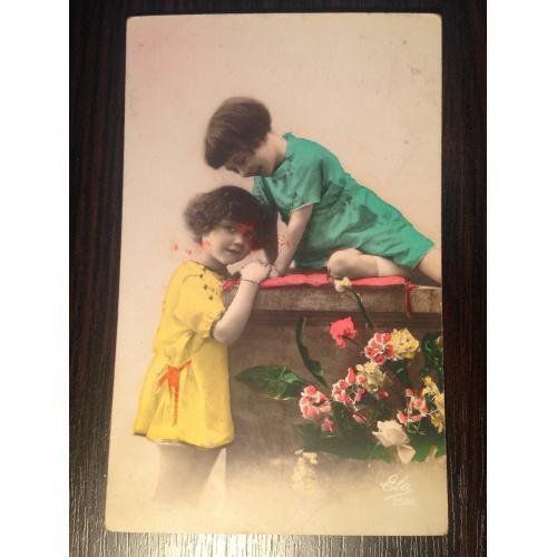 Французская фотооткрытка. Девочки в желтом и зеленом платьице.