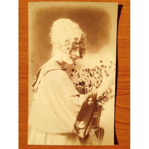 """Французская фотооткрытка """"Девушка с букетом цветов"""" 1918 г."""
