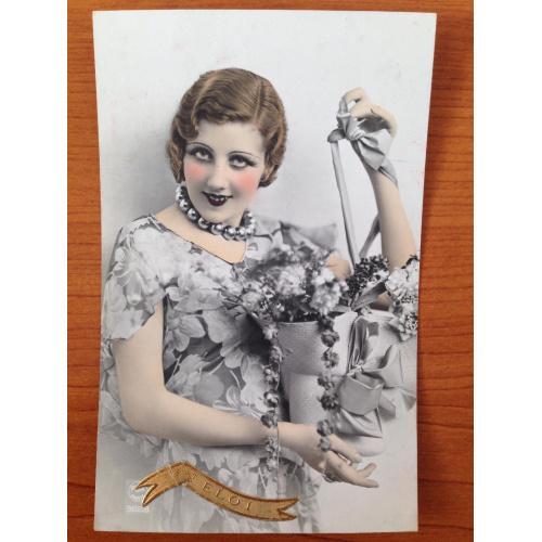 Французская фотооткрытка. Девушка с цветами.