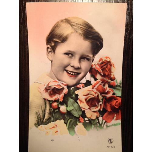 Французская фотооткрытка. Мальчик с букетом роз.