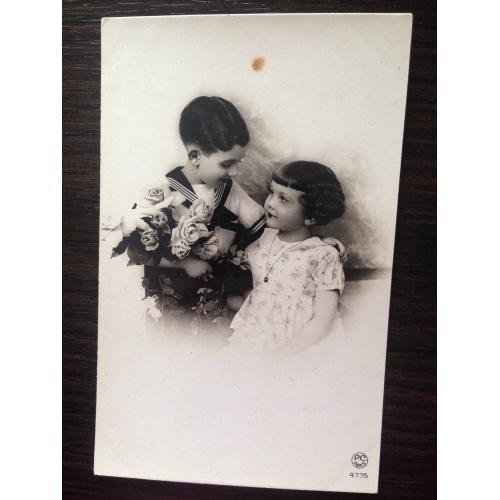 Французская фотооткрытка. Мальчик с цветами и девочка.