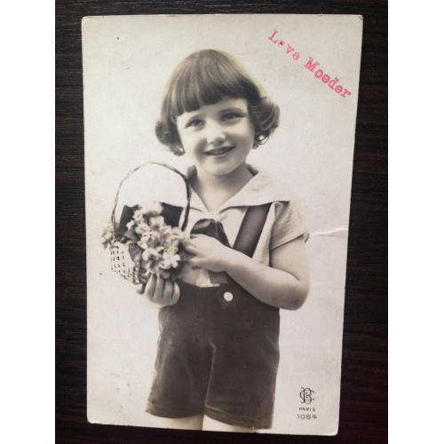 Французская фотооткрытка. Мальчик с корзинкой цветов.