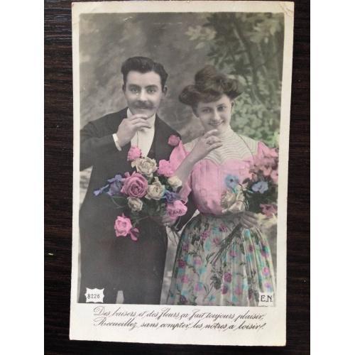 Французская фотооткрытка. Мужчина и женщина с цветами в саду.