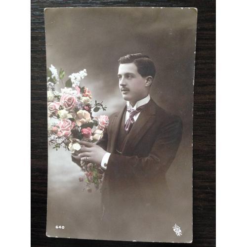 Французская фотооткрытка. Мужчина с букетом роз.