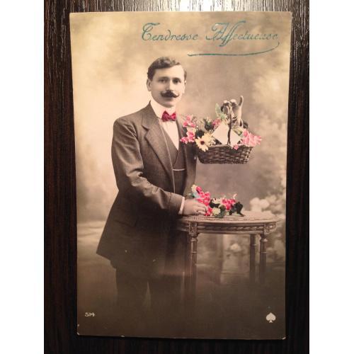 Французская фотооткрытка.  Мужчина с корзиной цветов.