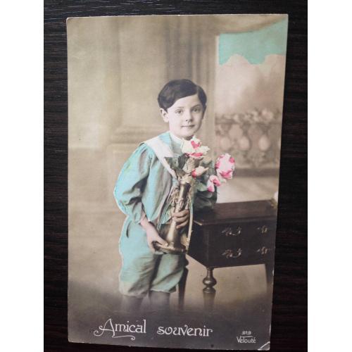 Французская фотооткрытка. На память. Мальчик с вазой цветов.