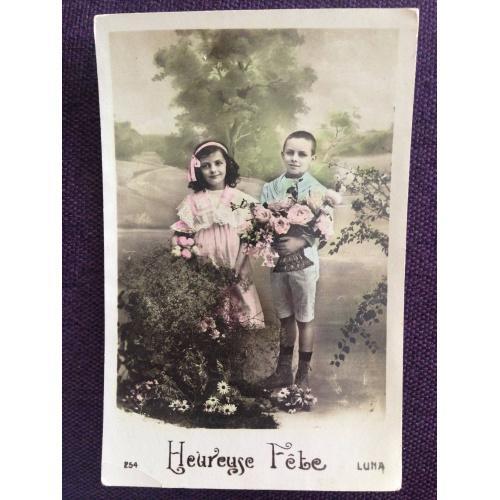 Французская фотооткрытка. С Днем рождения! Девочка и мальчик с розами.