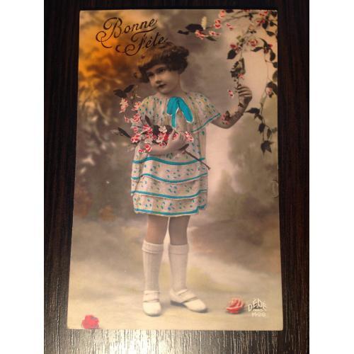 Французская фотооткрытка. С Днем рождения! Девочка с веточкой цветов.