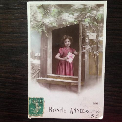 Французская фотооткрытка. С Новым годом! 1910 г. Девочка с подарком в окне.