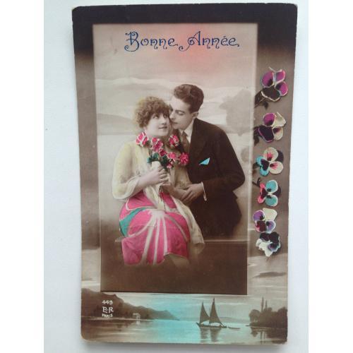 Французская фотооткрытка. С Новым годом! 1923 г. Красивая пара обнимаются.