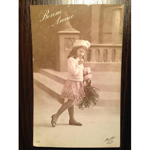 Французская фотооткрытка. С Новым годом! Девочка с подарком.