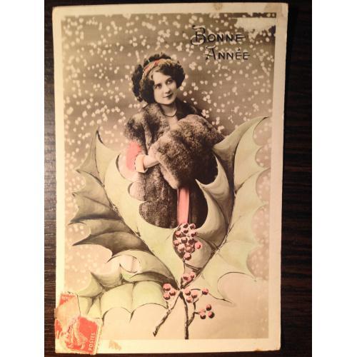 Французская фотооткрытка. С Новым годом! Девушка в меховой накидке с муфтой.