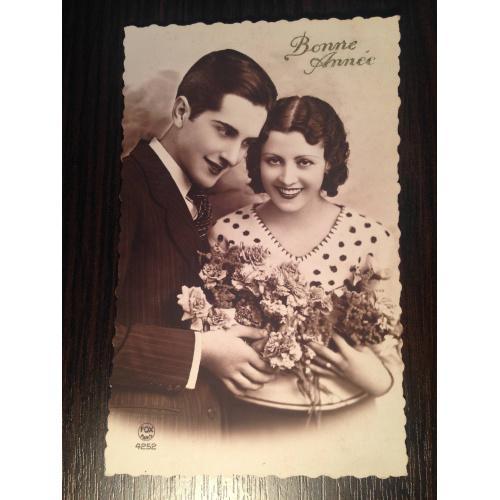 Французская фотооткрытка. С Новым годом! Красивая пара с букетом. 1934 г.