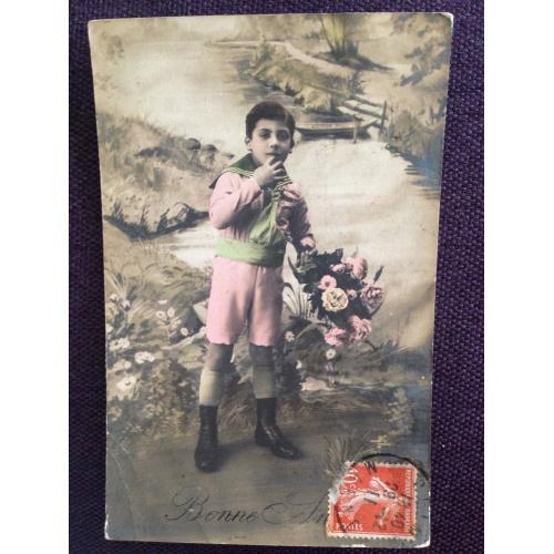 Французская фотооткрытка. С Новым годом! Мальчик с букетом роз в парке.