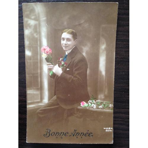 Французская фотооткрытка. С Новым годом! Молодой мужчина с цветами. 1916 г.