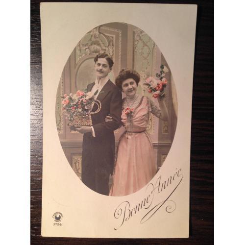 Французская фотооткрытка. С Новым годом! Мужчина с корзиной роз, женщина с букетом.