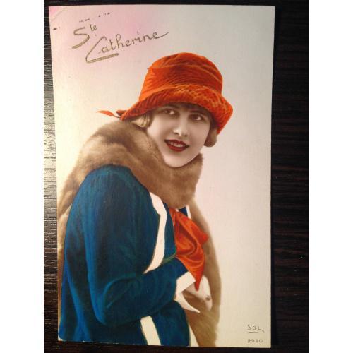 Французская фотооткрытка. С праздником святой Катерины. Девушка в красной шляпке.
