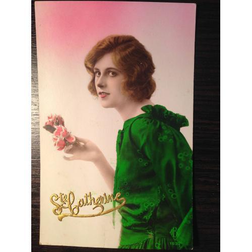 Французская фотооткрытка. С праздником Святой Катерины. Девушка в зеленом платье.