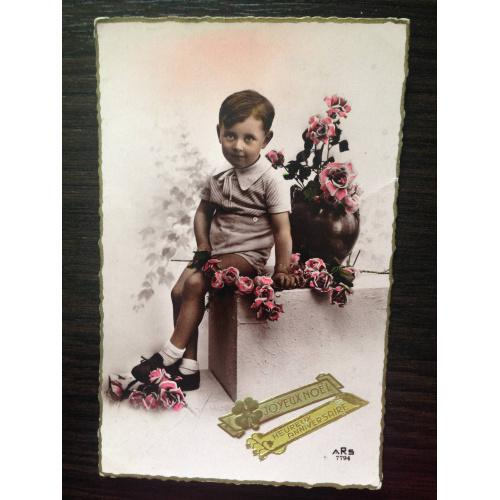 Французская фотооткрытка. С Рождеством! Мальчик с цветами.