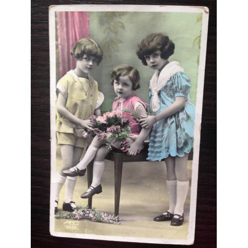 Французская фотооткрытка. Три девочки в зале.