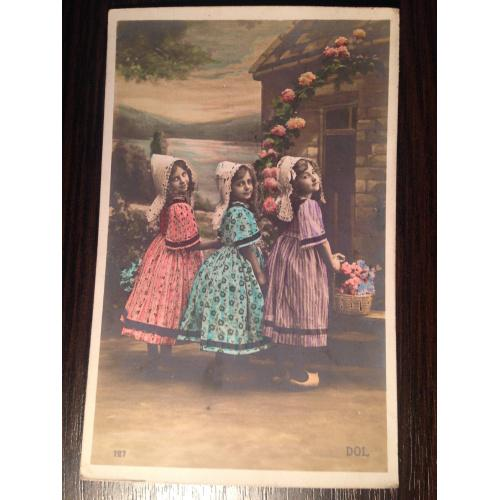 Французская фотооткрытка. Три девочки возле дома.