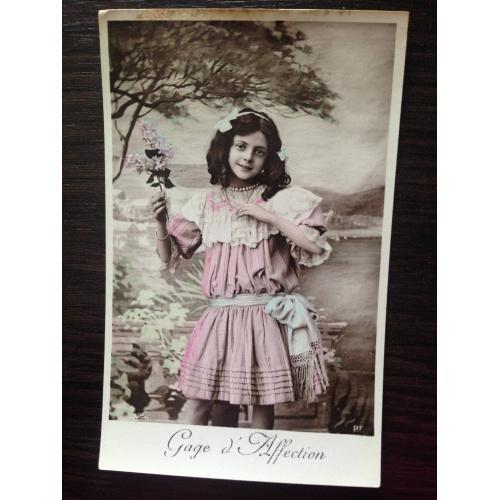 Французская фотооткрытка. В знак любви. Девочка с веточкой сирени.