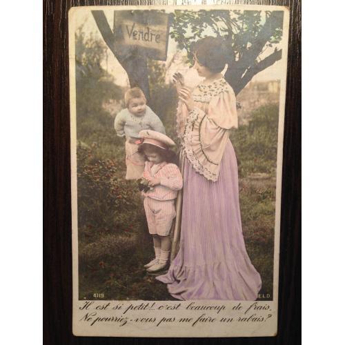 Французская фотооткрытка. Женщина с детками в саду.