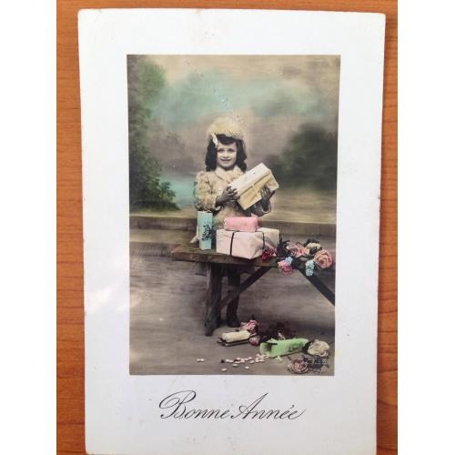 """Французская новогодняя фотооткрытка """"Девочка с подарками""""  1911 г."""