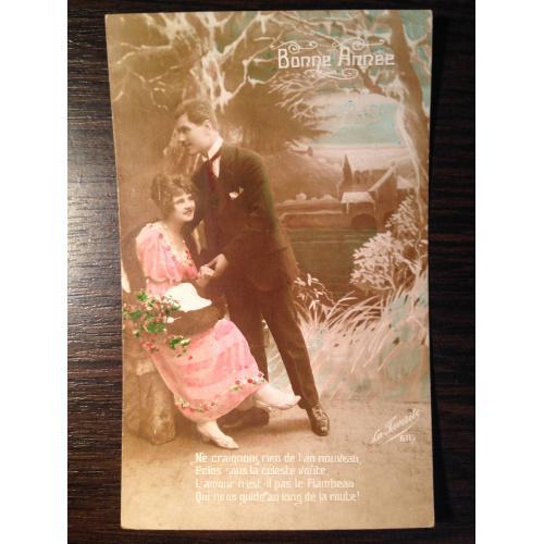 Французская старинная фотооткрытка С Новым годом!  Мужчина и женщина в саду. 1922 г.