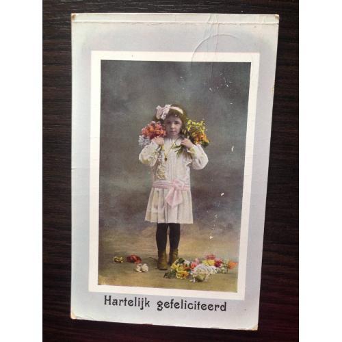 Нидерландская фотооткрытка. Поздравляю. Девочка с букетиками.