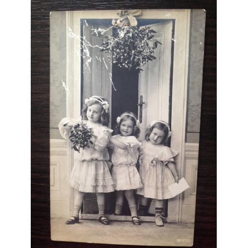 Нидерландская фотооткрытка. Три девочки в зале. 1910 г.