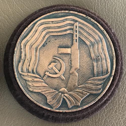 Настольная медаль 40 лет победы 1945 1985 меч свастика голубь автомат ППШ кожаный футляр