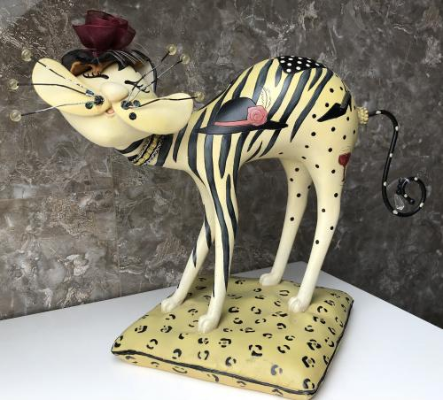 статуэтка Гламурный весёлый Кот в шляпе с сумкой и бокалом вина на подставке композитный материал